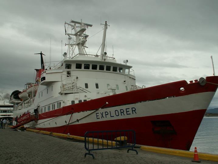 האנייה שלנו לאנטארקטיקה במזח לפני היציאה