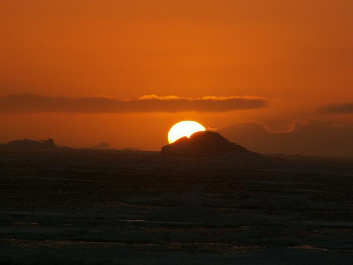 שקיעה בסוף העולם. מה שמסתיר את השמש, אגב, זה כמובן קרחונים