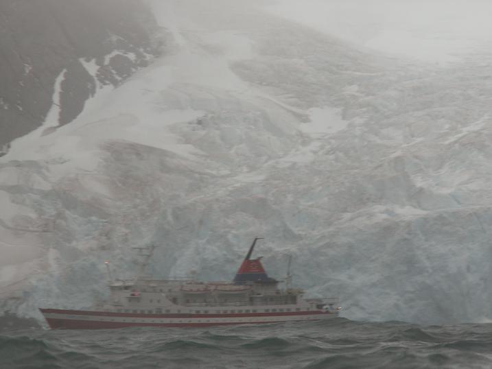 האנייה שלנו על רקע הקרחון העצום באי, אנטרקטיקה