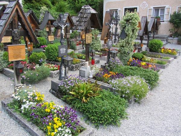 גם הקברים, גלויה