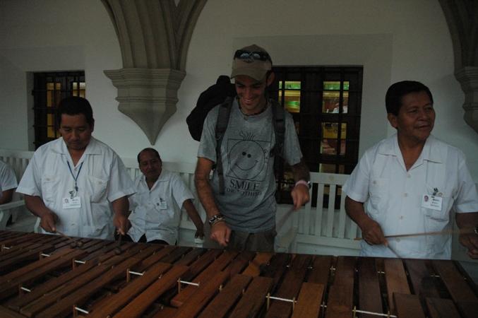 מלמד את המקומיים לנגן כמו שצריך