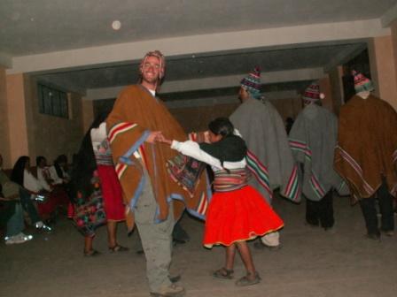 חברתי בריקוד הטיפוסי של השבט באי מנתניה. תנועה קדימה. תנועה אחורה. תנועה קדימה...