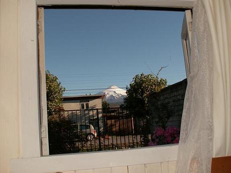 הר הגעש מציץ לחלון הקאזה שלנו