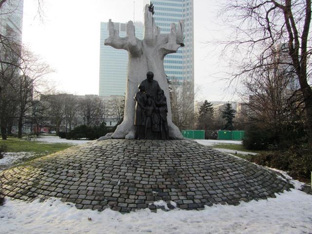 אנדרטת יאנוש קורצ'ק, וורשה, פולין