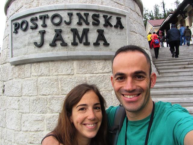 בכניסה למערת פוסטוניה, סלובניה